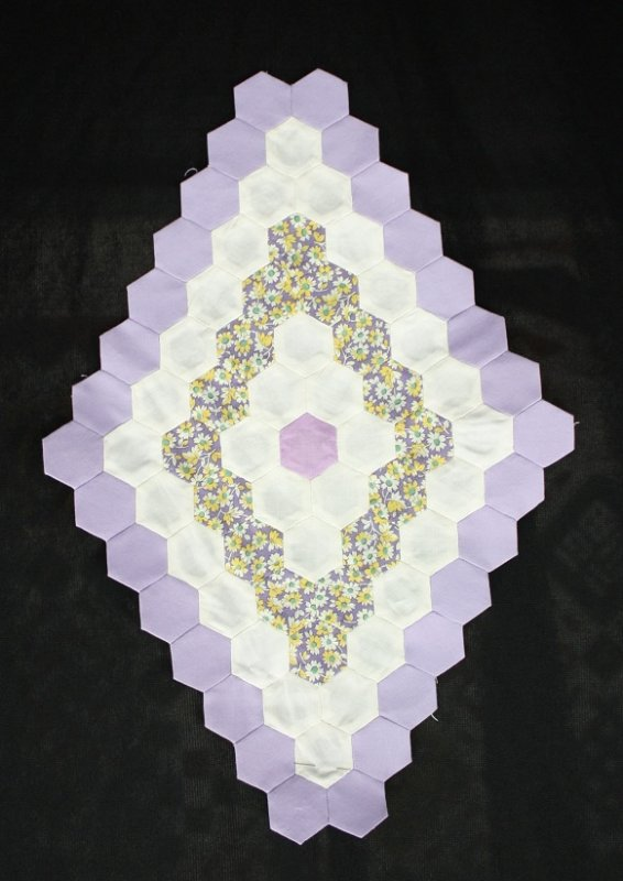 english paper piecing by machine When hexagon-shaped patches are arranged in concentric rings around a center, the resulting design is known as a grandmother's flower garden.
