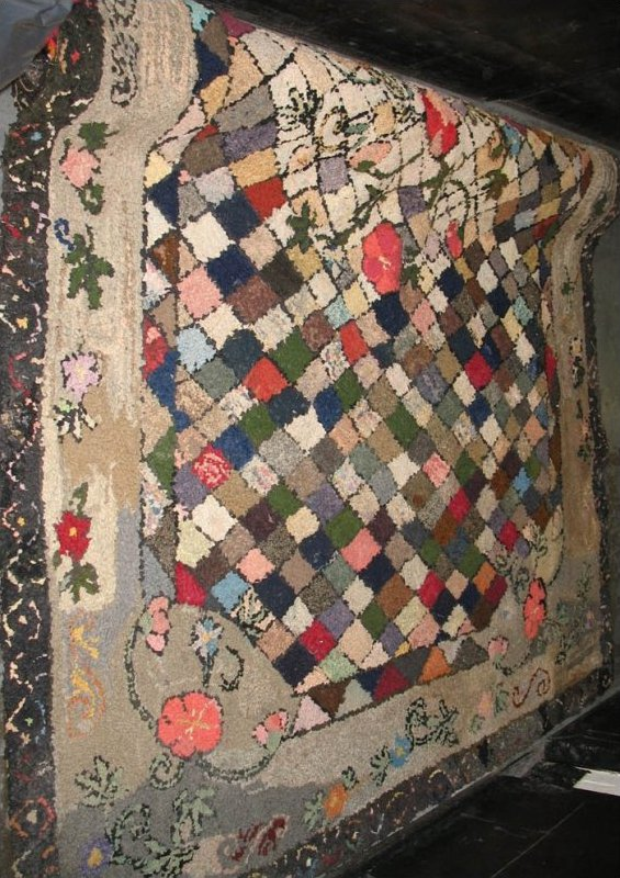 DIAMONDS FLORAL BORDERED ROOM SIZE ANTIQUE HOOKED RUG