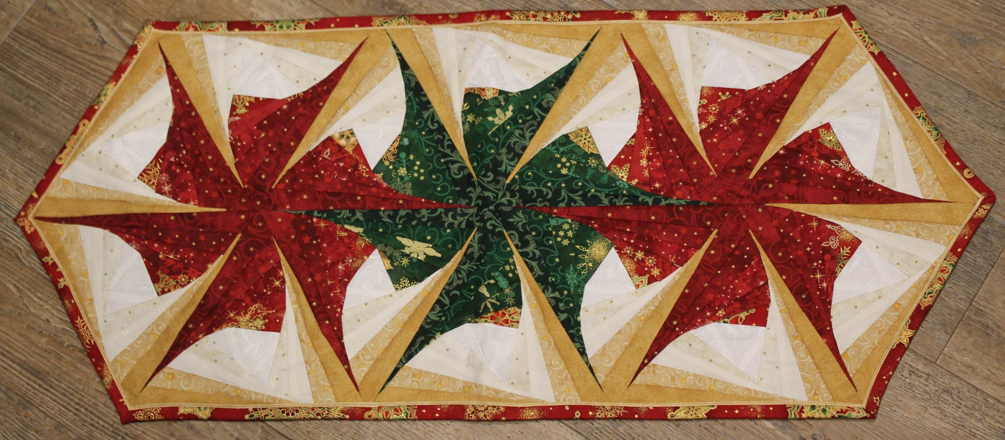 Quilt Pattern Log Cabin Twist : Twisted Log Cabin Poinsettia Table Runner
