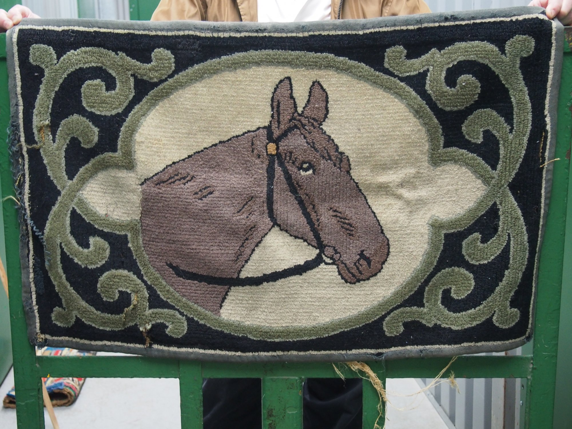 HORSE PORTRAIT IN OVAL ANTIQUE HOOKED RUG