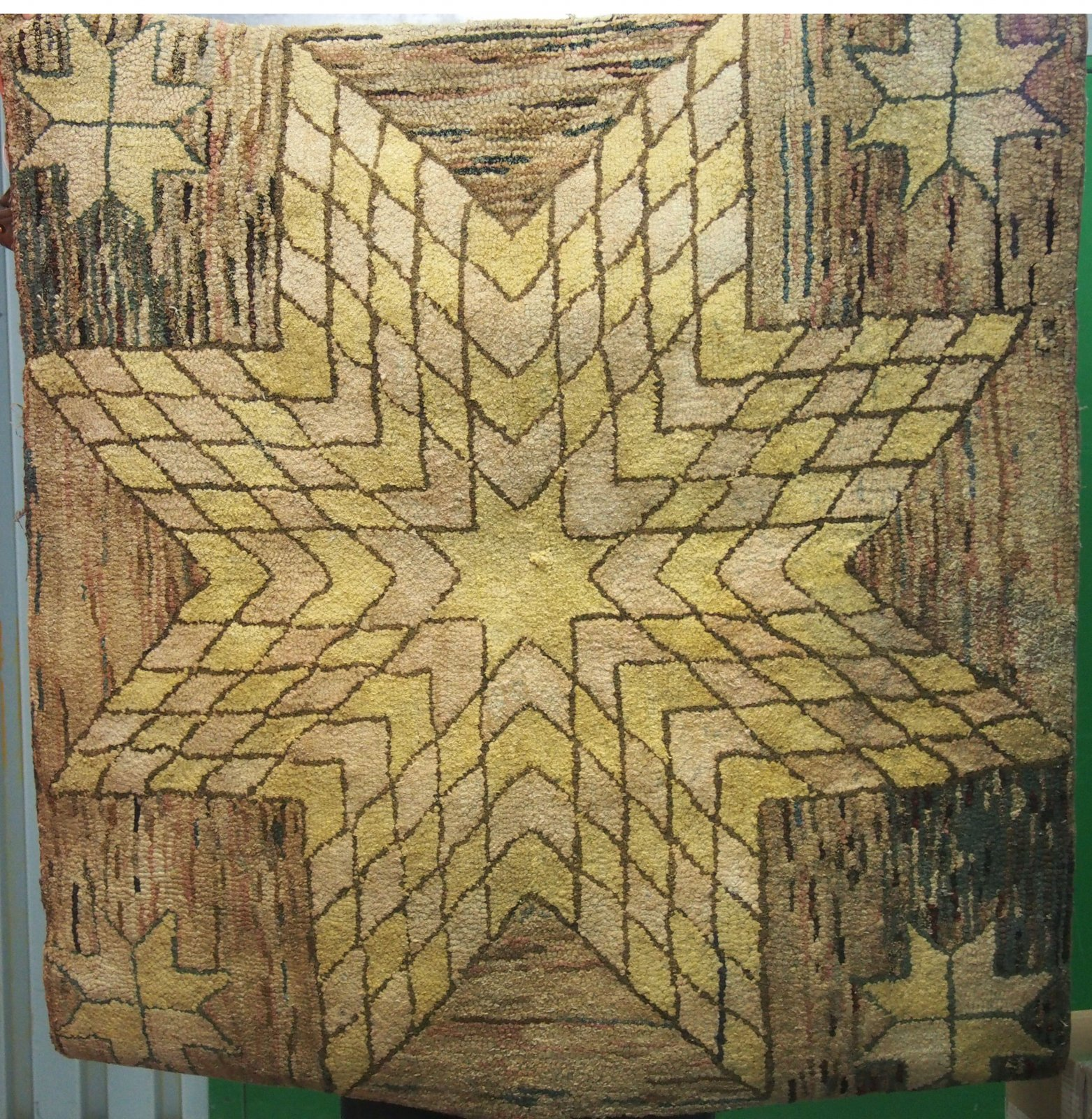 STAR CENTER WITH SATELLITE STARS ANTIQUE HOOKED RUG